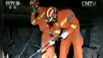消防官兵徒步十公里 连夜向灾区挺进