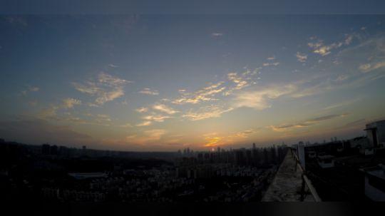 总以为日出在远方,在星辰大海间方能寻到。其实,爬上屋顶,坚守半日,与蚊虫战斗三刻,也能看到旭日初升的美好,从而忘却几分横亘在生活中的愁苦。——子盏·记某日屋顶的日出时刻