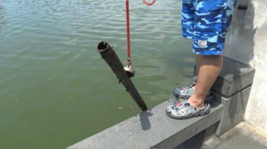 用强磁到绣湖公园里面打捞,看看小伙都捞到些什么.