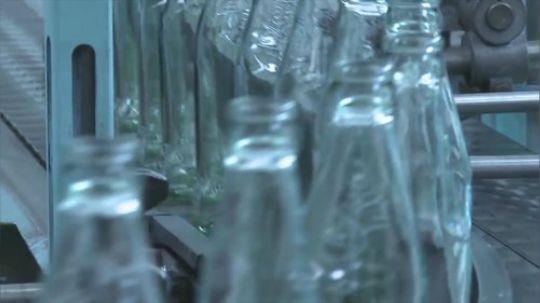 你知道玻璃瓶是怎样被做出来的吗?