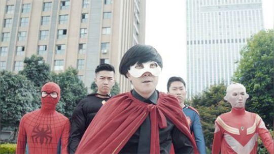 陈翔六点半:小伙冒充超级英雄,却被几个普通人给教训了!