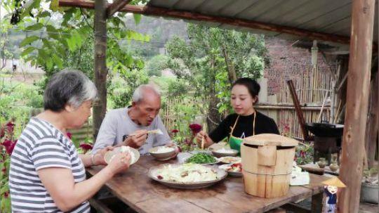 割把韭菜炒几个家常小菜,饭菜简单,一家人的温情时光却难得