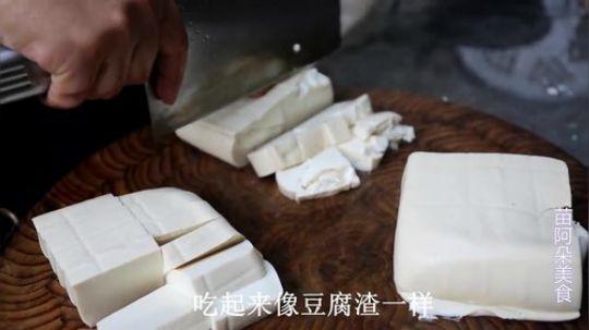 苗大姐五斤鱼头煮一锅,再来两块豆腐,大盘米饭咔咔吃