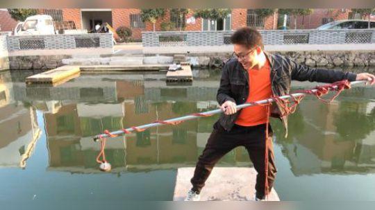 把强磁绑到铁棒上面,丢到池塘打捞一下能上来硬币吗