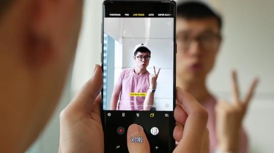 逗比亚裔小哥示范华为Mate20如何吐槽三星Note9用户