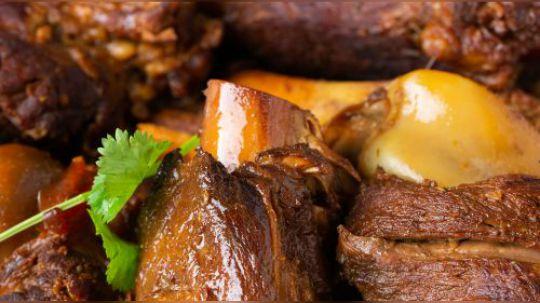 天冷了就该大口吃肉!比如今天这道东北名菜酱骨棒,吃起来很豪爽,啃大骨头、吸骨髓,下饭又下酒!好吃的绝招就是炖煮的酱料要先炒一下,既炒掉了生味还能增香。炖好的大骨棒继续在汤里泡上一会,绝对入味又销魂!