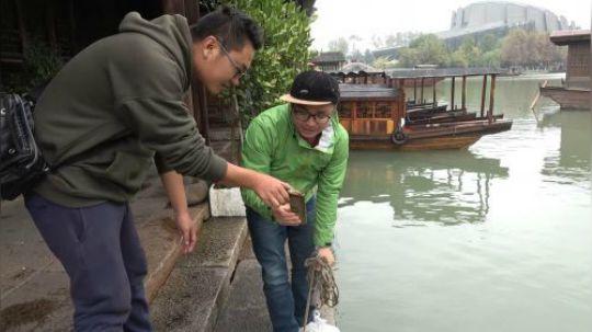 """把强磁丢到中国第一古镇""""乌镇""""的河里面,看看小伙都捞到了什么"""