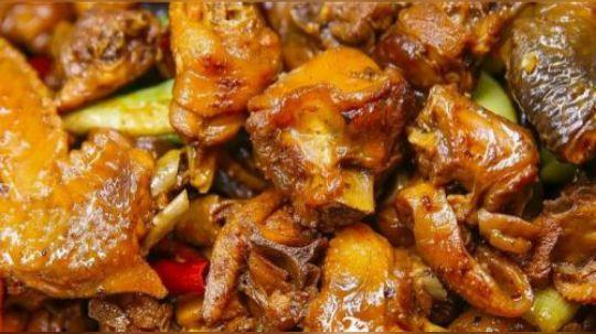 黄焖鸡米饭可能很多人都见过,不过对于云南人来说,真正好吃的黄焖鸡只存在于大理的永平县境内,它和黄焖鸡米饭完全是两样东西。