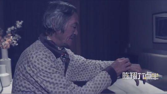 七旬老父亲深夜起床,发现女儿还没回家,忍不住打电话给夜不归宿的女儿……