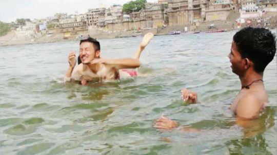 恒河是印度的母亲河,印度人在恒河生也在恒河死,信徒为了获得灵魂的重生,死后都会葬在恒河,恒河上不经意间就会有浮尸飘过,但是当地人照样饮用恒河水,每天都会和尸体一起沐浴。