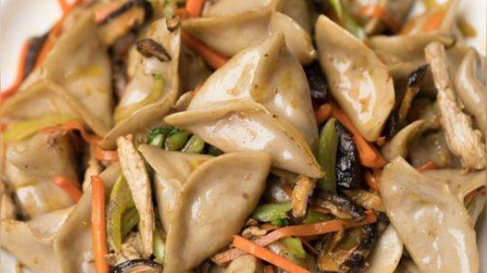 """论吃饺子,北方人是专家,南方人是玩家。这不,早先有款福建霞浦的米饺突破了我们的想象,今天又来一个浙江丽水的山粉饺,还万万不能煮,只能蒸着吃、炒着吃,绝对超出北方人民对饺子的认知。这种内馅丰富,造型独特的饺子被当地人戏称为""""奔驰饺"""",味道极具山野气息。"""