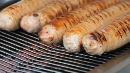 【手工制猪网油香肠香烤】把外皮的肠衣 和中间夹着的猪网油烤得脆脆的 里面的精肉软软香甜 淋上黄芥末酱