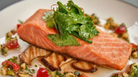 西餐看似高大上,其实不少菜在家里做一点也不难,来自乐逢法国厨艺学院的主厨今天为大家示范,如何在家做出经典的地中海风味香煎三文鱼。口感清爽有层次,卖相跟餐厅出品无二。触手可及的食材,做出精致地道的大餐,你也可以!