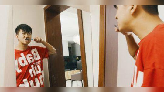 陈翔六点半:小伙有天去照镜子,突然发现镜子中自己有些奇怪!