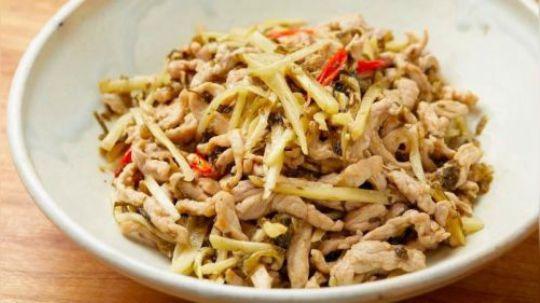 """俗话说""""冬吃萝卜夏吃姜"""",这时候正是吃姜的日子,尤其子姜鲜嫩水灵,口感脆如春笋。用来炒荤腥,清爽又开胃,还可以腌个快手菜,过粥吃甜酸可口。"""