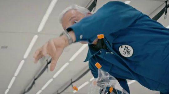 来看看NASA宇航员麦克·马斯在零重力空间中玩乐高!