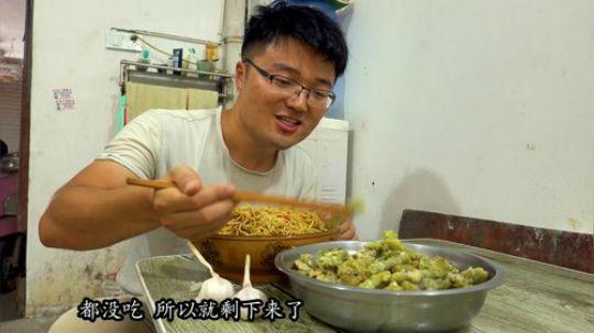 一锅黄焖鸡焖面,一盆生煎豆角,大sao做的创新面条,配大蒜真