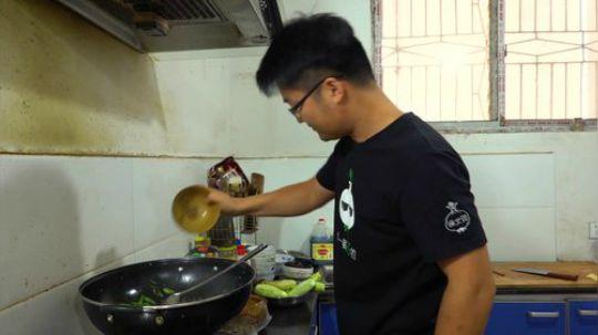 一斤辣椒炒川味熏肠,大sao吃一盆饭被辣懵三次,这顿饭太难忘