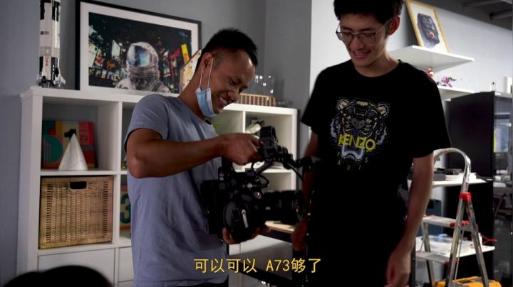 王剛拜訪新朋友的科技工作室,各種各式的設備看得讓人眼花繚亂