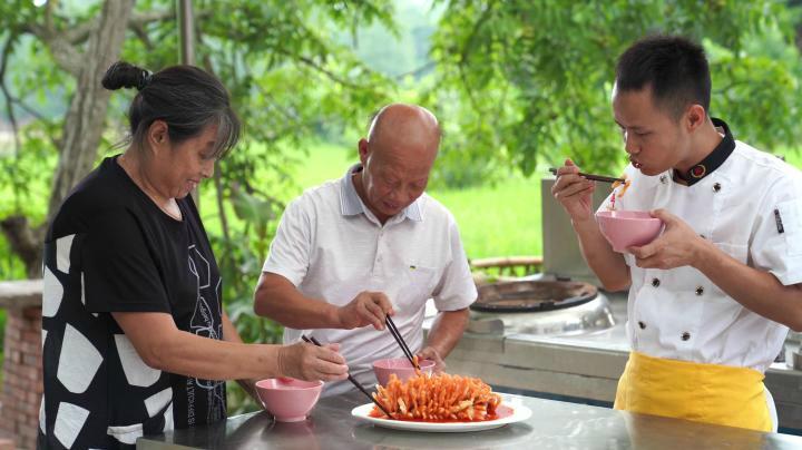 四伯爺在手機上看到王剛的新視頻,點名要吃珊瑚魚