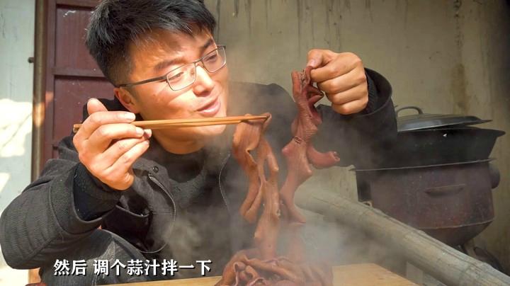 買兩斤牛腸做紅油板腸,用地鍋先鹵再燒,一鍋紅湯太饞了,下飯