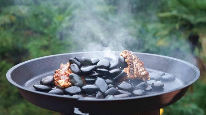 第一次見用火山石烤羊排,外焦里嫩,香辣軟爛,真絕了