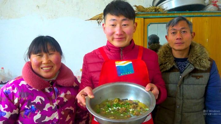 """小伙做大骨頭燉冬瓜""""老爸老媽""""一家人圍在一起吃飯,幸福的感覺"""