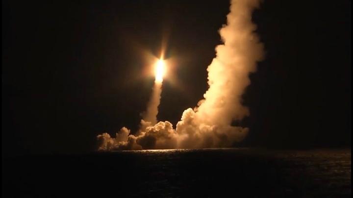 """俄羅斯北風之神級戰略核潛艇首次齊射4枚""""布拉瓦""""洲際彈道導彈"""